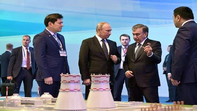 الرئيسان الروسي والأوزبكي أمام مجسم لمشروع المحطة الكهروذرية في أوزبكستان