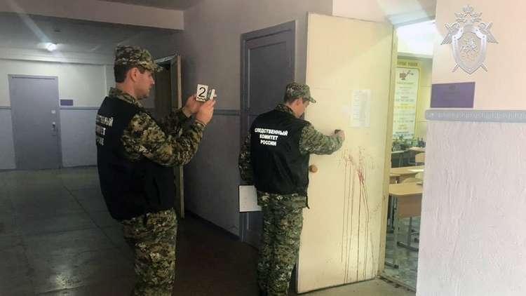 المحققون في مبنى كلية البوليتكنيك في مدينة كيرتش بشبه جزيرة القرم الروسية