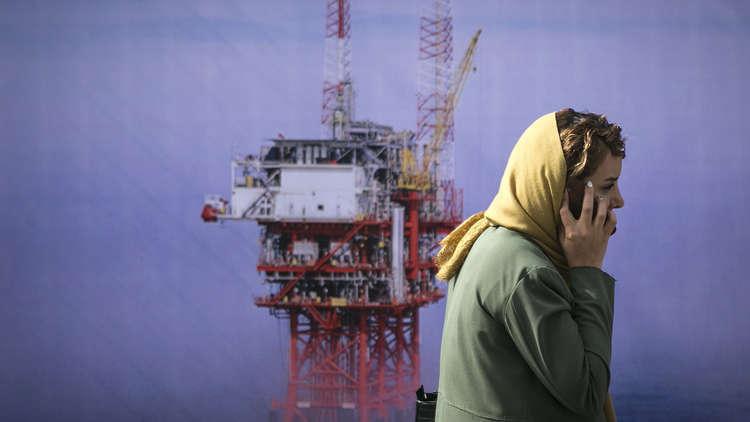 إيران تبيع نفطها بسعر مخفّض للالتفاف على عقوبات واشنطن