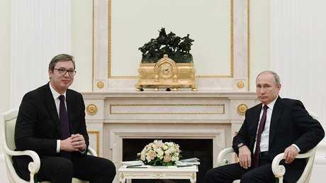 الرئيس الروسي فلاديمير بوتين ونظيره الصربي ألكسندر فوتشيتش أثناء اللقاء في موسكو، 02/10/2018
