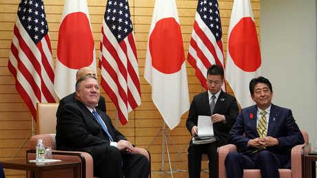 محادثات بين رئيس الوزراء الياباني شينزو آبي ووزير الخارجية الأمريكي مايك بومبيو