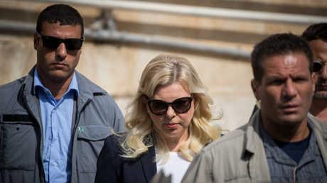 """سارة نتنياهو تصل إلى محكمة للمثول أمام القضاة في قضية """"احتيال وخيانة أمانة"""""""