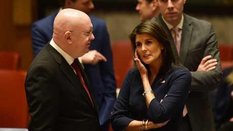 المندوب الروسي فاسيلي نيبينزيا ونظيرته الأمريكية نيكي هايلي في مجلس الأمن الدولي