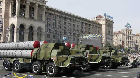 """منظومات صاروخية من طراز """"إس-300"""" في عرض عسكري بالعاصمة الأوكرانية كييف (28 أغسطس 2014)"""