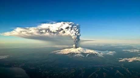 بركان يهدد ساحلا شهيرا في البحر المتوسط بتسونامي مدمر!