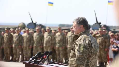بوروشينكو مع أفراد من القوات المسلحة الأوكرانية