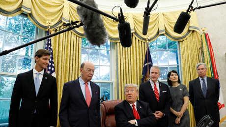 الرئيس الأمريكي في المكتب البيضاوي بالبيت الأبيض