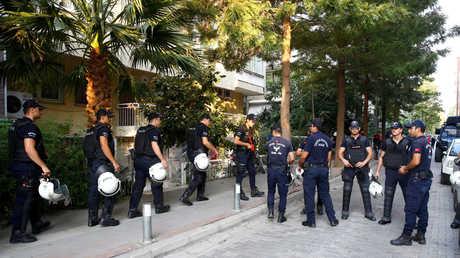 انتشار للشرطة التركية أمام منزل القس الأمريكي أندرو برانسون في مدينة إزمير التركية عقب قرار إطلاق سراحه