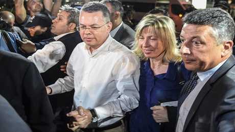 القس الأمريكي أندرو برانسون يصل مع زوجته إلى مطار مدينة إزمير غربي تركيا بعد قرار المحكمة التركية إطلاق سراحه في 12 أكتوبر 2018