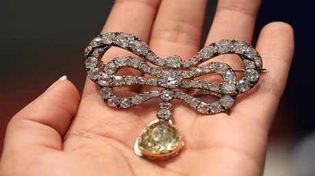 عرض مجوهرات لماري أنطوانيت في دبي قبل طرحها بالمزاد