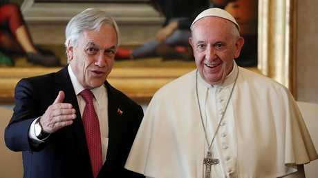 البابا فرنسيس خلال استقباله في الفاتيكان رئيس التشيلي سيباستيان بينيرا