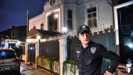 شرطي تركي أمام مبنى القنصلية السعودية في اسطنبول