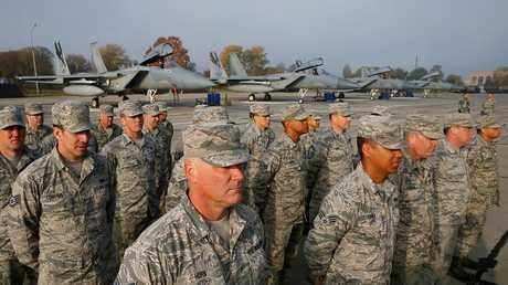 جنود أمريكيون يقفون أمام مقاتلات من طراز
