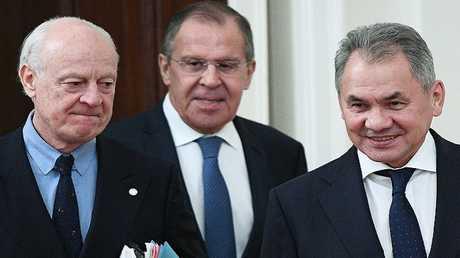 المبعوث الأممي إلى سوريا ستيفان دي ميستورا مع وزير خارجية روسيا سيرغي لافروف ووزير دفاعها سيرغي شويغو