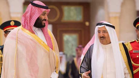ولي العهد السعودي، الأمير محمد بن سلمان، خلال لقائه الأمير الكويتي، الشيخ صباح الأحمد الجابر الصباح، في الكويت العاصمة يوم 30 سبتمبر