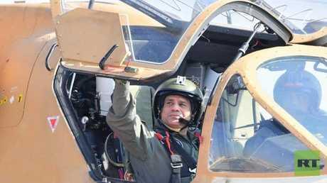الرئيس المصري عبد الفتاح داخل طائرة هليكوبتر
