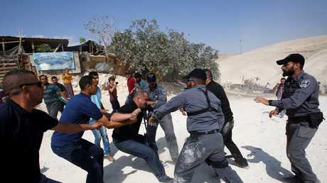 جنود إسرائيليون يقمعون ناشطين في الخان الأحمر