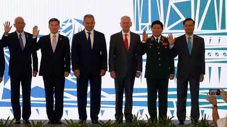جزء من الصورة المشتركة لوزراء الدفاع المشاركين في الاجتماع الخامس لوزراء دفاع بلدان آسيان وشركائهم في سنغافورة، 20 أكتوبر 2018