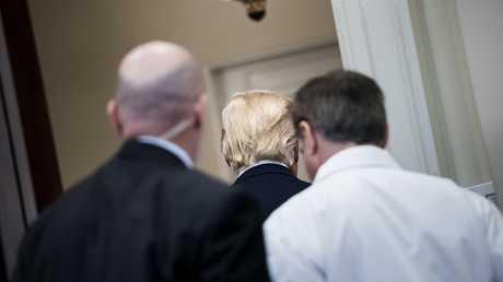 دونالد ترامب يغادر مؤتمرا في البيت الأبيض