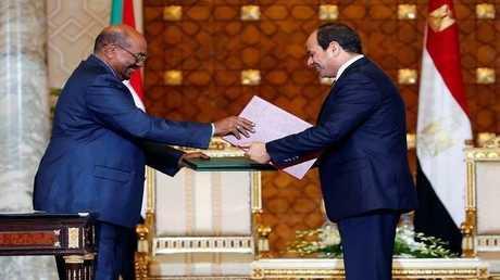 الرئيس المصري عبد الفتاح السيسي مع نظيره السوداني عمر البشير