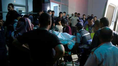 أهالي الضحايا عند أحد المستشفيات في منطقة البحر الميت