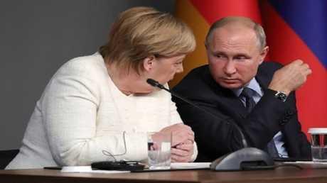 معطف بوتين يثير اهتمام ميركل