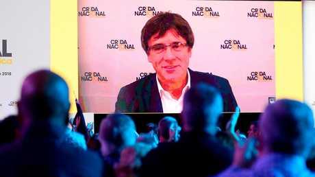 الرئيس السابق لحكومة إقليم كتالونيا الإسباني، كارليس بوتشديمون، أثناء مشاركته عبر الفيديو في اجتماع تأسيسي لحزب