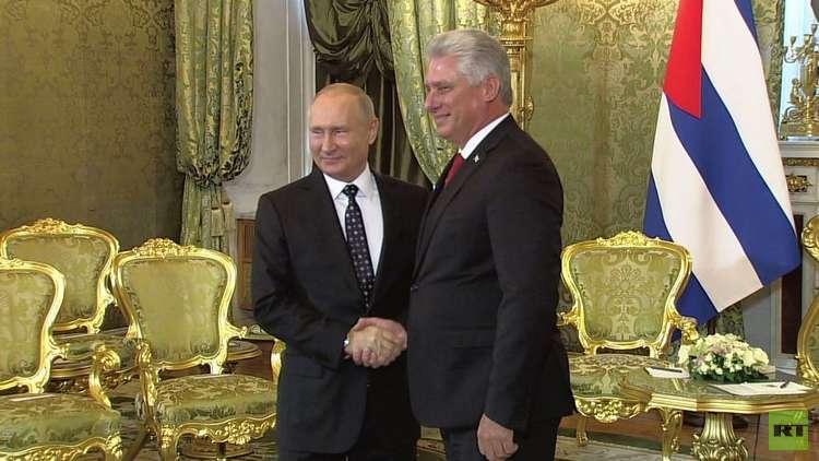 لحظة استقبال الرئيس بوتين لضيفه الكوبي ميغيل دياز كانيل