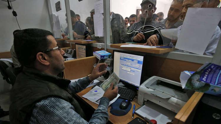 مالية غزة تبدأ صرف رواتب الموظفين من المنحة القطرية