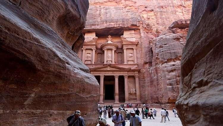 السيول تطرد آلاف السياح من البتراء الأردنية