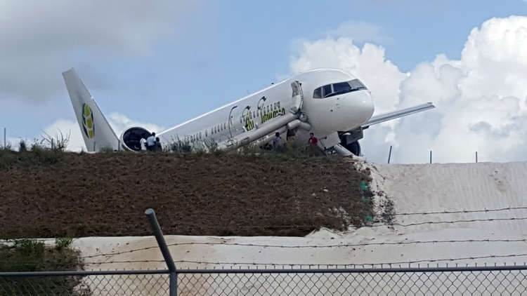 جرحى بهبوط طائرة ركاب اضطراريا في غيانا (فيديو وصور)