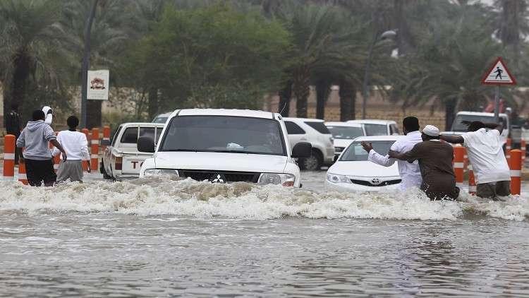 مغامرات شبان سعوديين في مياه الأمطار كادت تودي بحياتهم