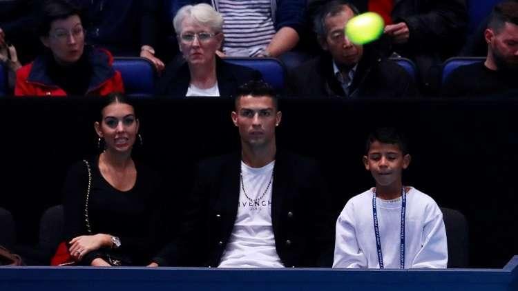 شاهد.. رونالدو يحاول التقاط كرة كادت أن تصطدم بصديقته