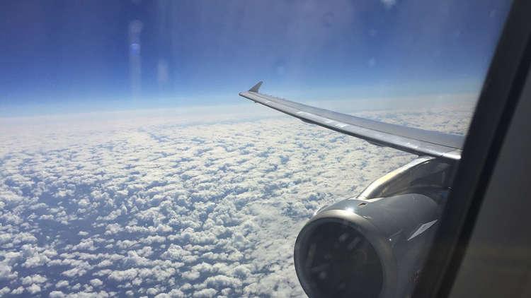مضيفة طيران تجد حلا غريبا لراكب اشتكى من عدم وجود نافذة بجانب مقعده!