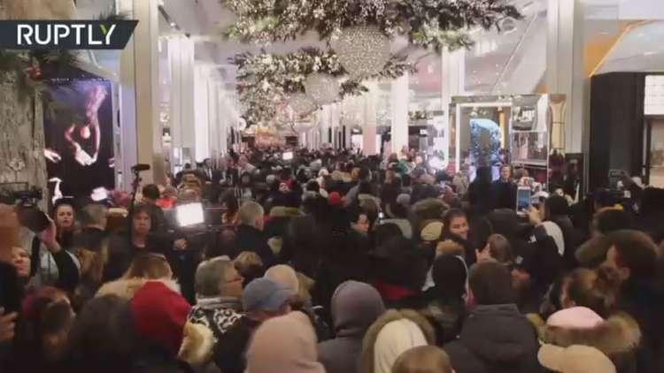 الأمريكيون يقتحمون المتاجر للاستفـادة مـن الجمعة السوداء