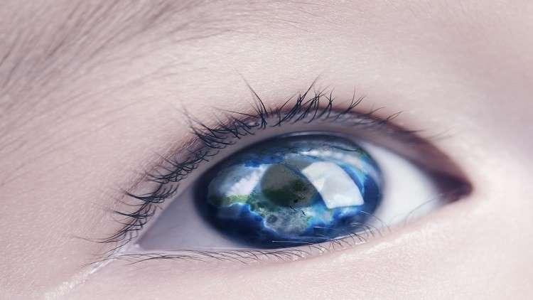 طفل يقرأ في الظلام يؤكد نظرية عن علاقة لون العيون بالرؤية!