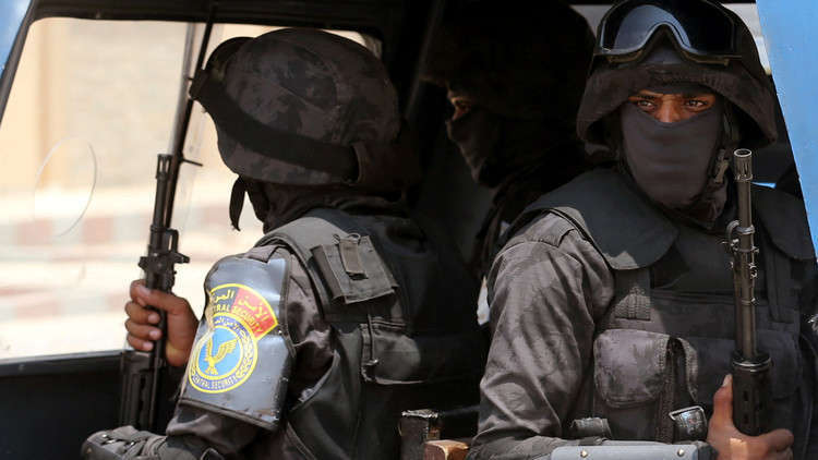 جندي مصري يطلق النار على مركبة قائد كتيبة