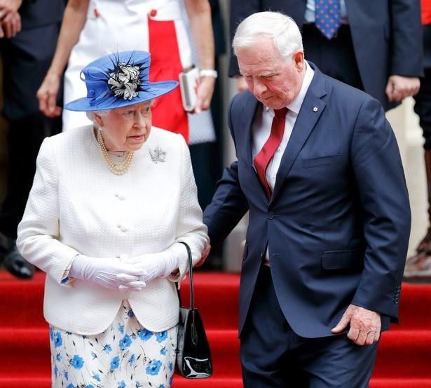 لماذا خرقت ميشيل أوباما البروتوكول وعانقت ملكة بريطانيا؟