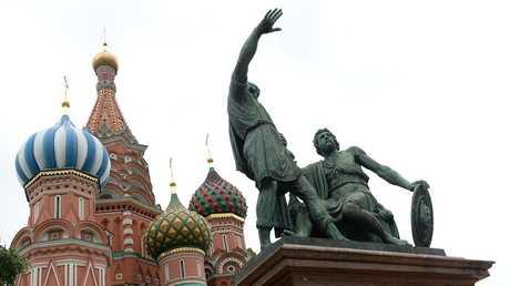 النصب التذكاري لمينين وبوجارسكي في الساحة الحمراء بموسكو