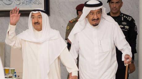 العاهل السعودي، سلمان بن عبد العزيز، وأمير الكويت، الشيخ صباح الأحمد الجابر الصباح، خلال لقائهما في جدة يوم 6 يونيو 2017