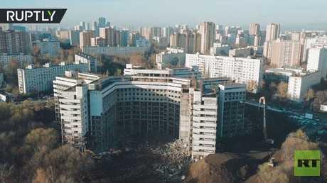 طائرة مسيرة ترصد لحظات تدمير مستشفى وسط موسكو