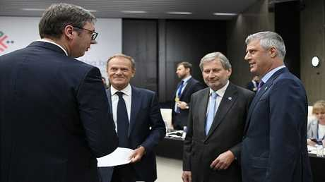 الرئيسان الصربي ألكسندر فوتشيتش (في اليسار) والكوشوفي هاشم تاجي (في اليمين) خلال أحد لقاءاتهما السابقة