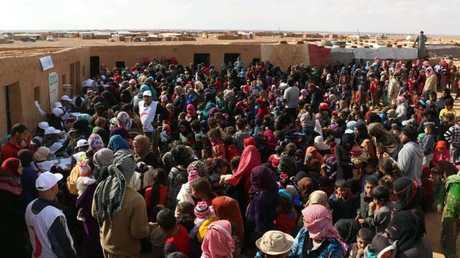 صورة ارشيفية لتزويع المعونات على اللاجئين بمخيم الركبان