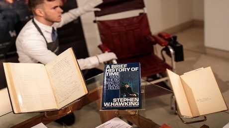 مقتنيات ستيفن هوكينغ التي بيعت في المزاد العلني