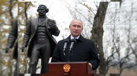 الرئيس الروسي فلاديمير بوتين يشارك في حفل افتتاح أول نصب للروائي الروسي إيفان تورغينيف في العاصمة الروسية موسكو