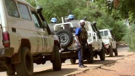 عناصر من قوة الأمم المتحدة وشرطي من مالي، أرشيف