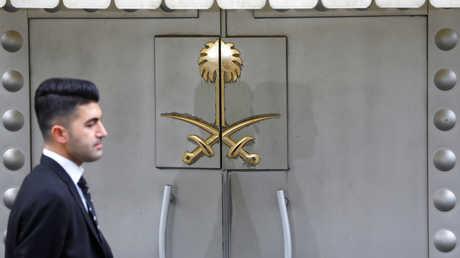 رجل من الأمن التركي يقف عند مدخل القنصلية السعودية في اسطنبول