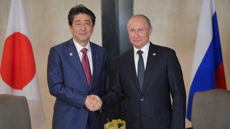 الرئيس الروسي فلاديمير بوتين خلال لقائه رئيس الوزراء الياباني شينزو آبي