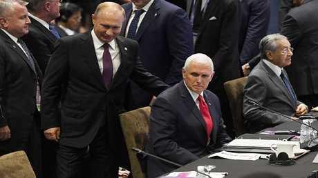 الرئيس الروسي فلاديمير بوتين ونائب الرئيس الأمريكي مايك بينس خلال قمة شرق آسيا في سنغافورة