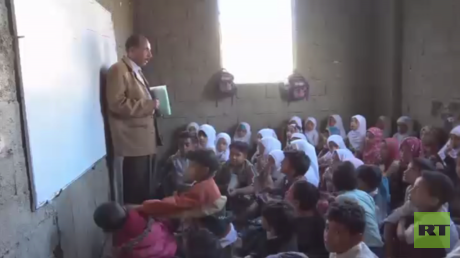 معلم يمني من تعز يحول منزله إلى مدرسة